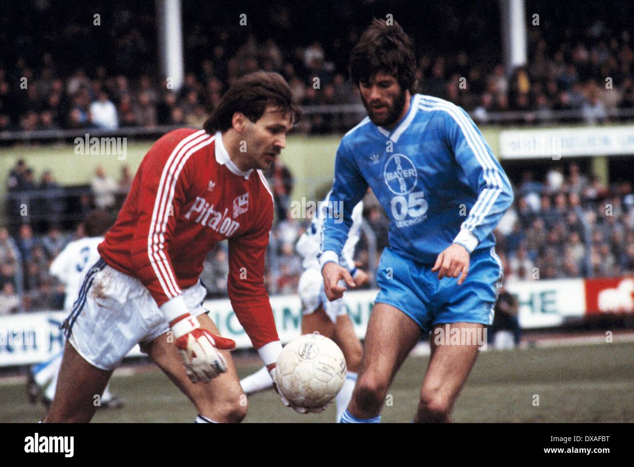 football, Bundesliga, 1984/1985, Grotenburg Stadium, FC Bayer 05 Uerdingen versus SV Waldhof Mannheim 2:2, scene of the match, goal kick by keeper Uwe Zimmermann (SVW), right Friedhelm Funkel (Bayer) - Stock Image