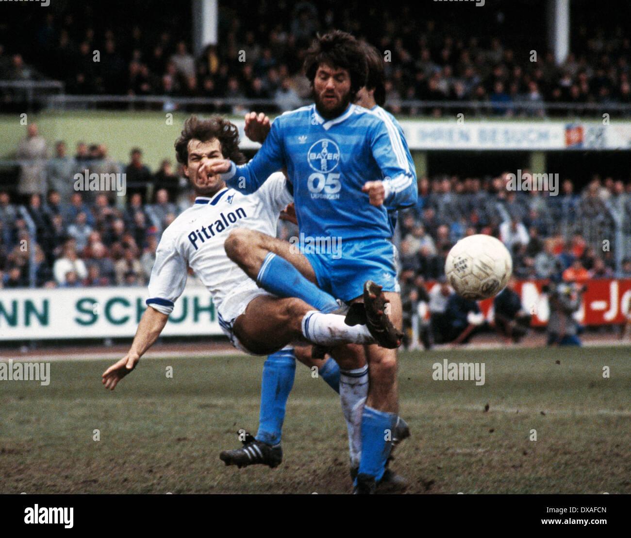 football, Bundesliga, 1984/1985, Grotenburg Stadium, FC Bayer 05 Uerdingen versus SV Waldhof Mannheim 2:2, scene of the match, tackling of Dieter Schlindwein (SVW) against Friedhelm Funkel (Bayer) - Stock Image