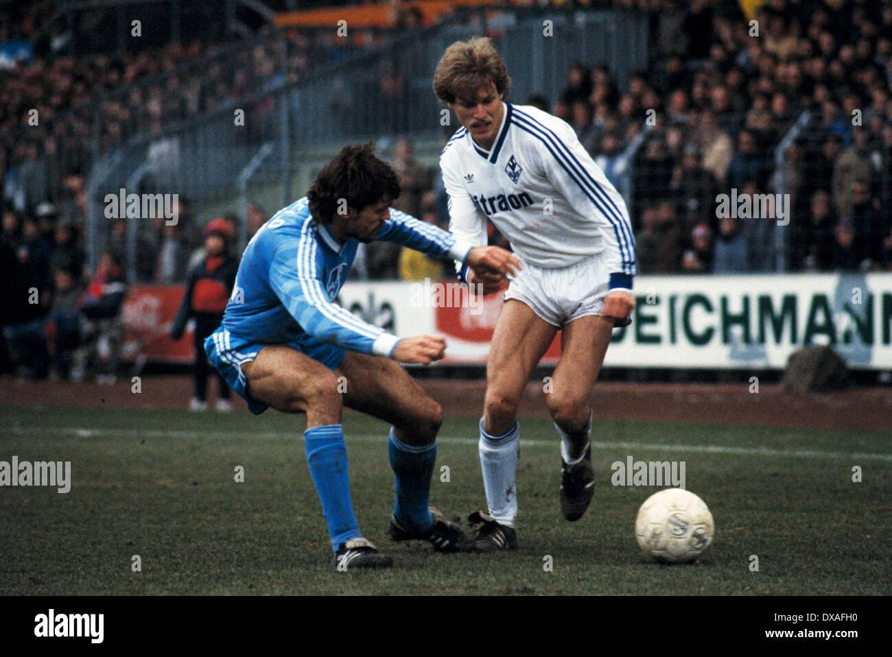 football, Bundesliga, 1984/1985, Grotenburg Stadium, FC Bayer 05 Uerdingen versus SV Waldhof Mannheim 2:2, scene of the match, Alfred Schoen (SVW) in ball possession, left Ludger van de Loo (Bayer) - Stock Image