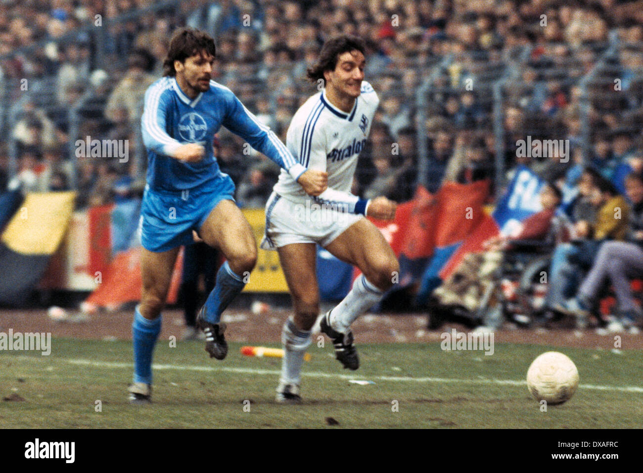 football, Bundesliga, 1984/1985, Grotenburg Stadium, FC Bayer 05 Uerdingen versus SV Waldhof Mannheim 2:2, scene of the match, Bernd Klotz (SVW) in ball possession, left Ludger van de Loo (Bayer) - Stock Image
