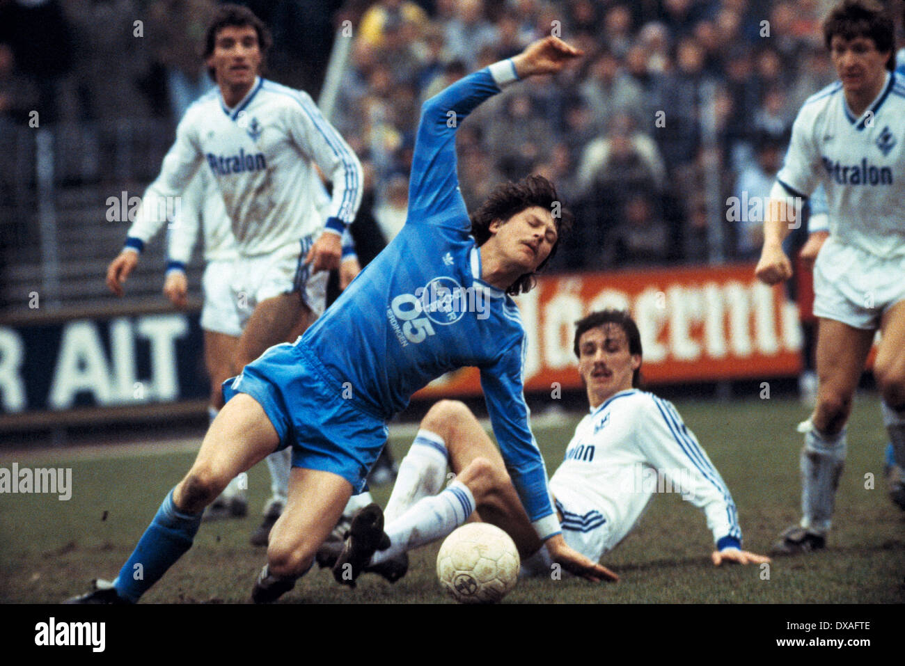 football, Bundesliga, 1984/1985, Grotenburg Stadium, FC Bayer 05 Uerdingen versus SV Waldhof Mannheim 2:2, scene of the match, tackling, f.l.t.r. Bernd Klotz (SVW), Dietmar Klinger (Bayer), Juergen Kohler (SVW), Roland Dickgiesser (SVW) - Stock Image