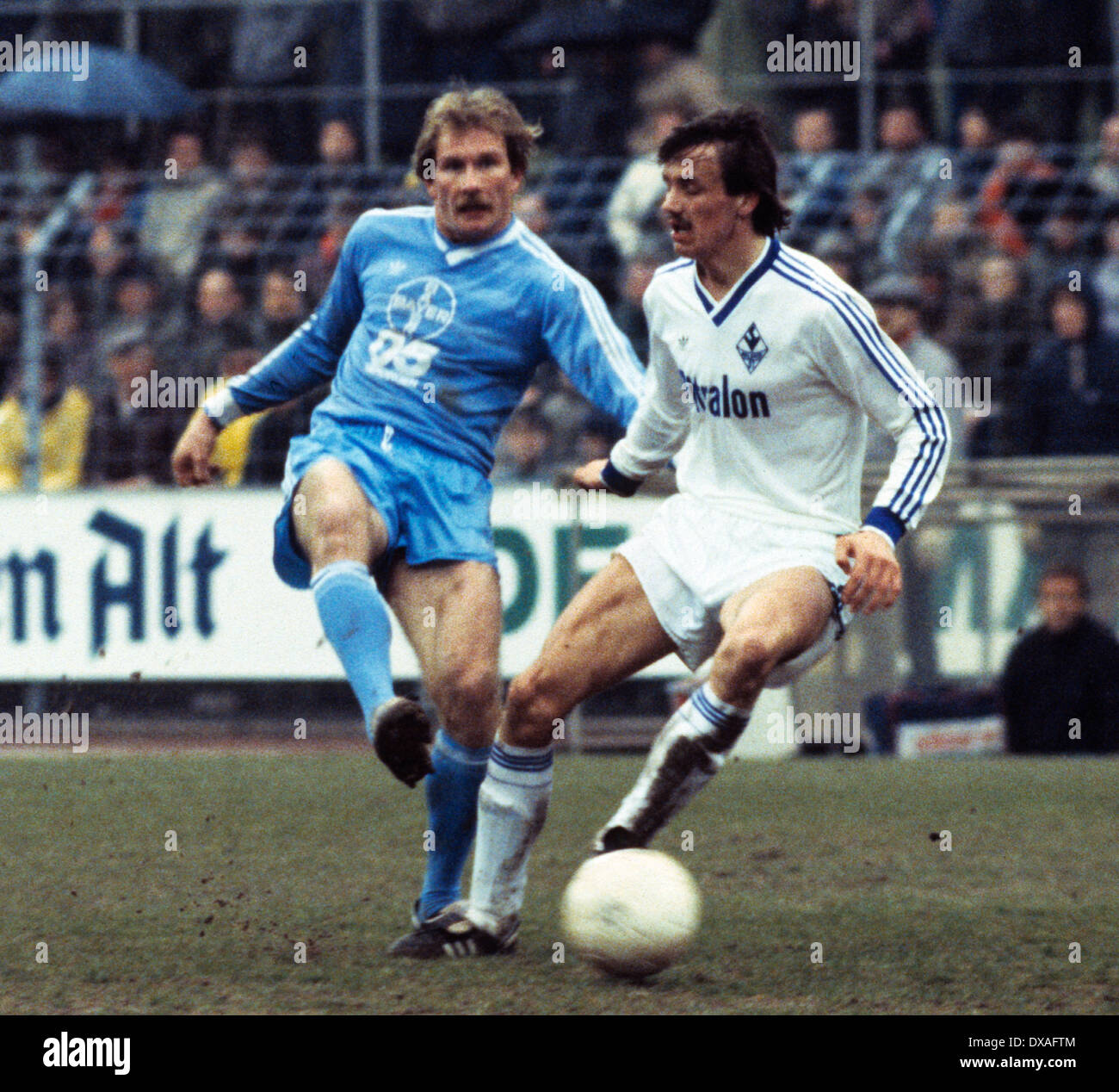 football, Bundesliga, 1984/1985, Grotenburg Stadium, FC Bayer 05 Uerdingen versus SV Waldhof Mannheim 2:2, scene of the match, Wolfgang Schaefer (Bayer) left and Juergen Kohler (SVW) - Stock Image