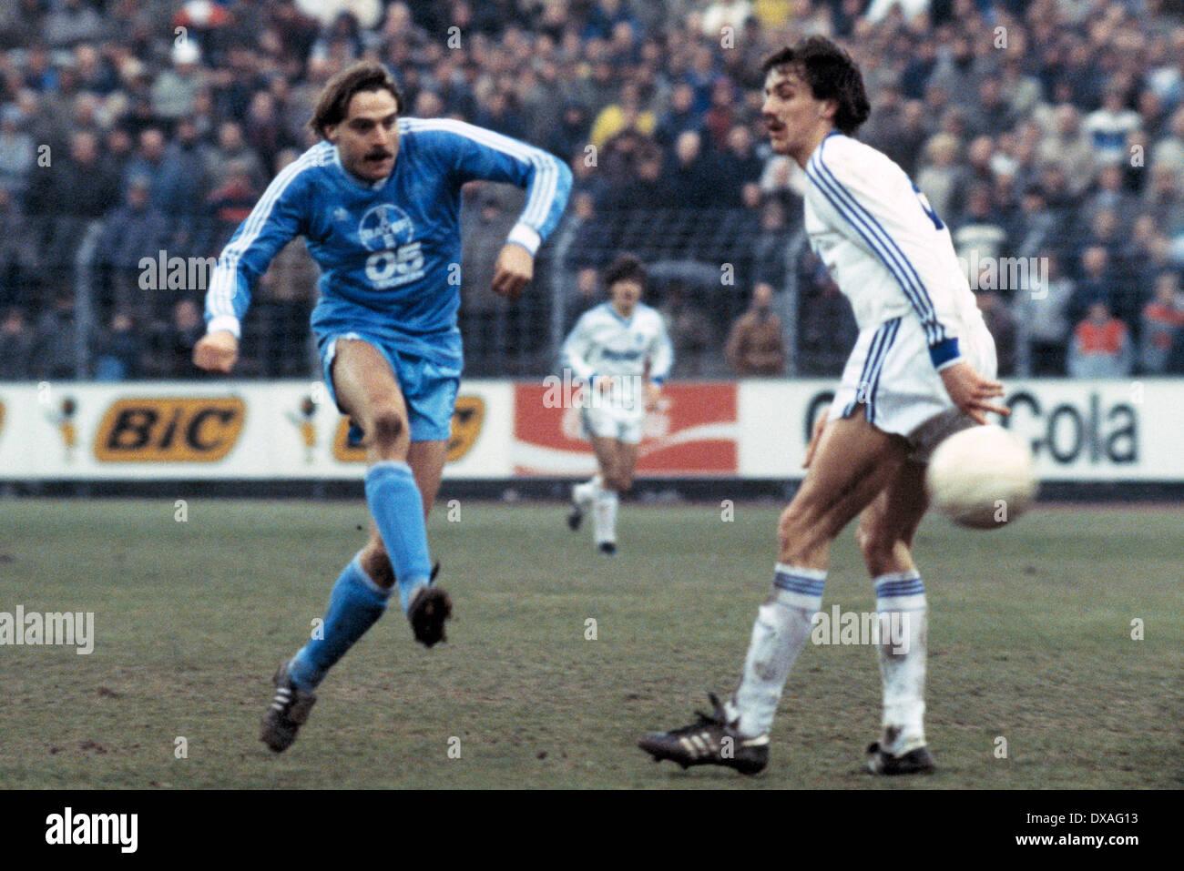 football, Bundesliga, 1984/1985, Grotenburg Stadium, FC Bayer 05 Uerdingen versus SV Waldhof Mannheim 2:2, scene of the match, shot on goal by Horst Feilzer (Bayer), right Juergen Kohler (SVW) - Stock Image