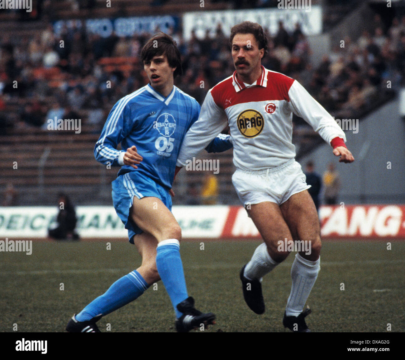 football, Bundesliga, 1984/1985, Rhine Stadium, Fortuna Duesseldorf versus FC Bayer 05 Uerdingen 2:2, scene of the match, Larus Gudmundsson (Bayer) left and Peter Loehr (Fortuna) - Stock Image
