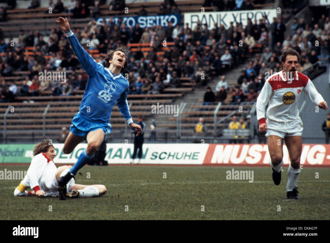 football, Bundesliga, 1984/1985, Rhine Stadium, Fortuna Duesseldorf versus FC Bayer 05 Uerdingen 2:2, scene of the match, f.l.t.r. team leader Gerd Zewe (Fortuna), Wolfgang Funkel (Bayer), Peter Loehr (Fortuna) - Stock Image