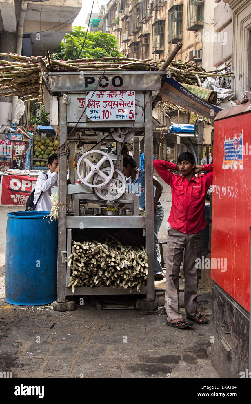 Street stall selling sugarcane Juice in Mumbai, India Stock Photo