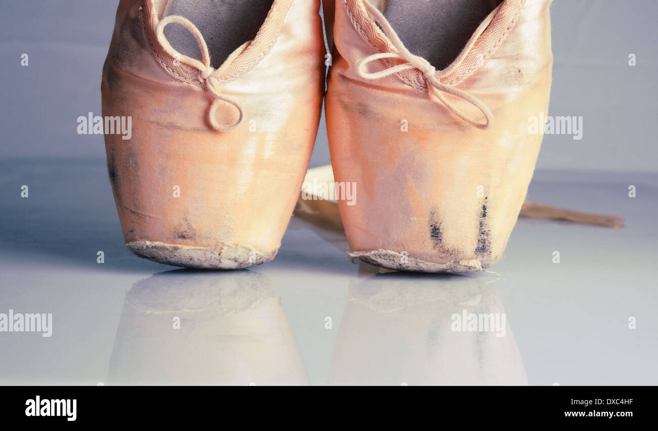 Old used pink ballet pointe shoes with reflection - Stock Image
