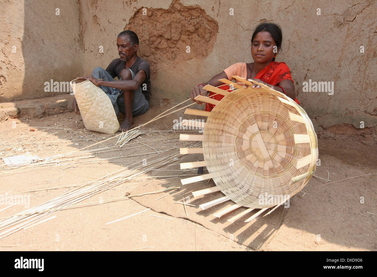 Tribal couple making baskets with dry bamboo strips. Uraov tribe. Baludih village, Bokaro district, Jharkhand, India - Stock Image