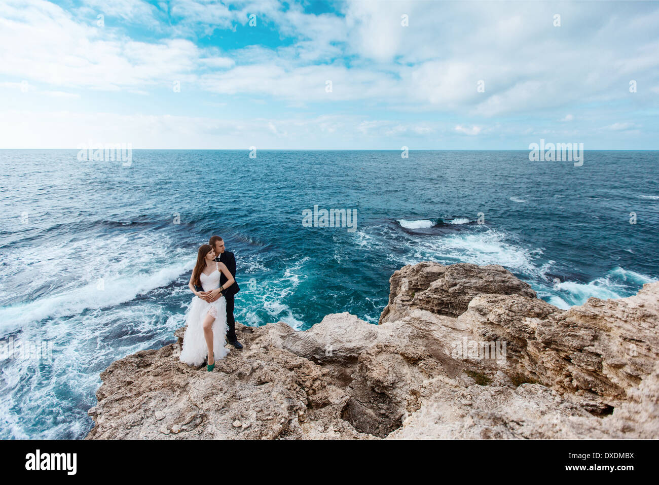 Bride and groom near the ocean - Stock Image