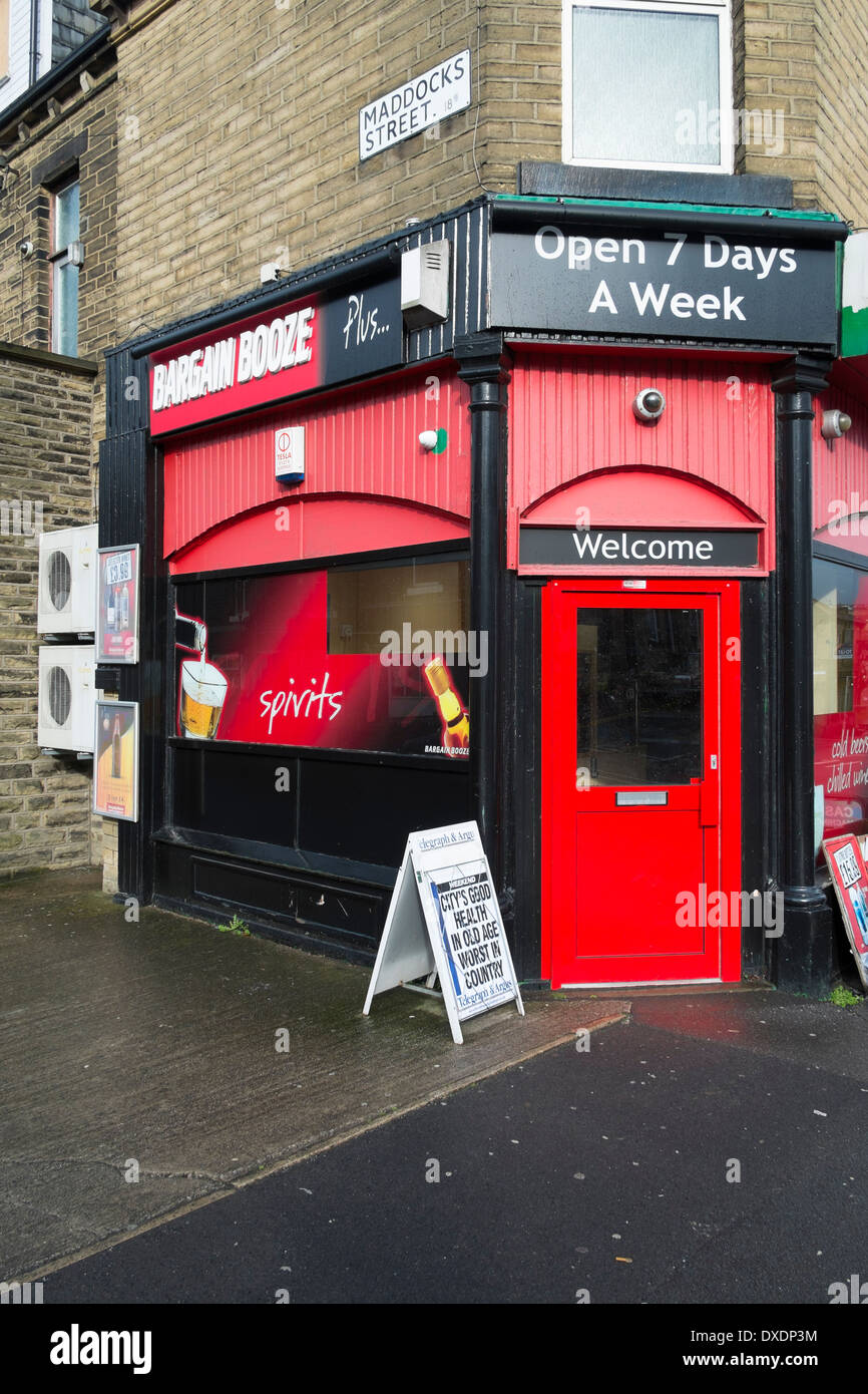 'Bargain Booze' off licence shop in Saltaire, Yorkshire, UK. - Stock Image