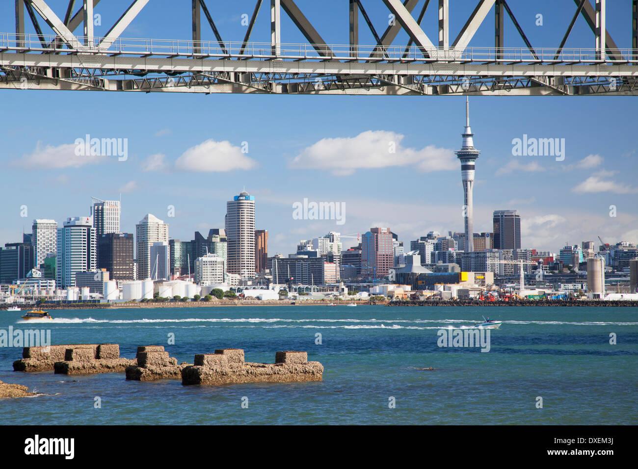 Auckland Harbour Bridge and city skyline, Auckland, North Island, New Zealand - Stock Image
