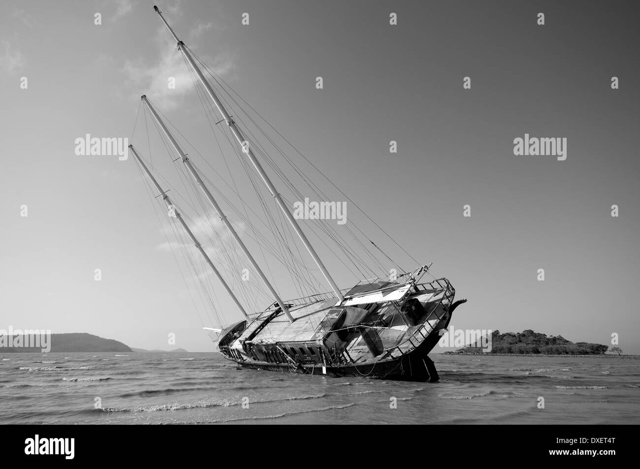 Deserted sailing boat on Cannonvale Beach, in black & white - Stock Image