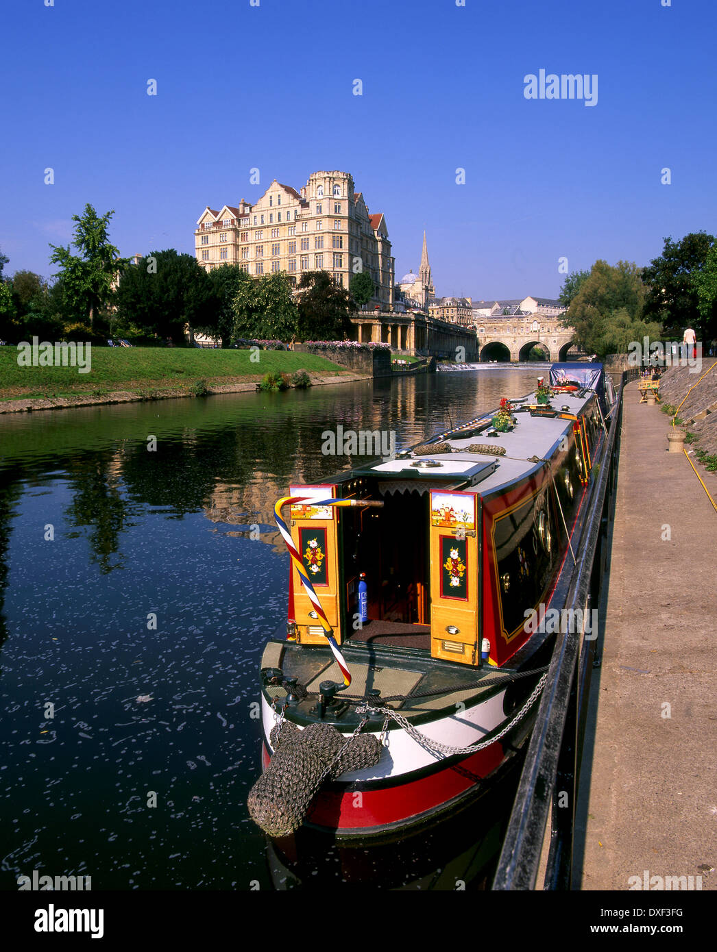 SCENE ON RIVER AVAON WITH A NARROWBOAT AND VIEW TOWARDS PULTENEY BRIDGE .CITY OF BATH,SOMERSET - Stock Image