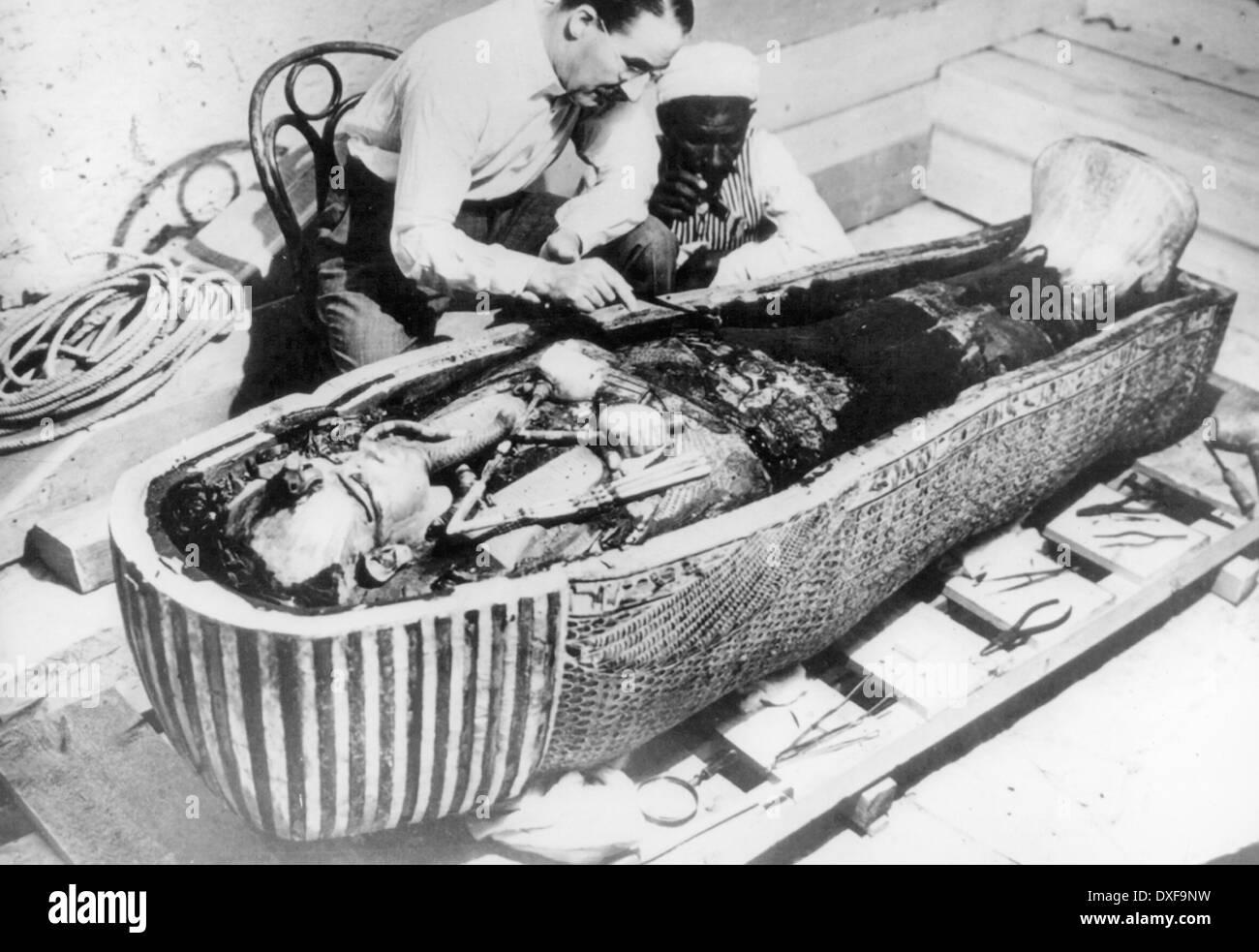 HOWARD CARTER (1874-1939) examining Tutankhamun's mummy in February 1923 - Stock Image