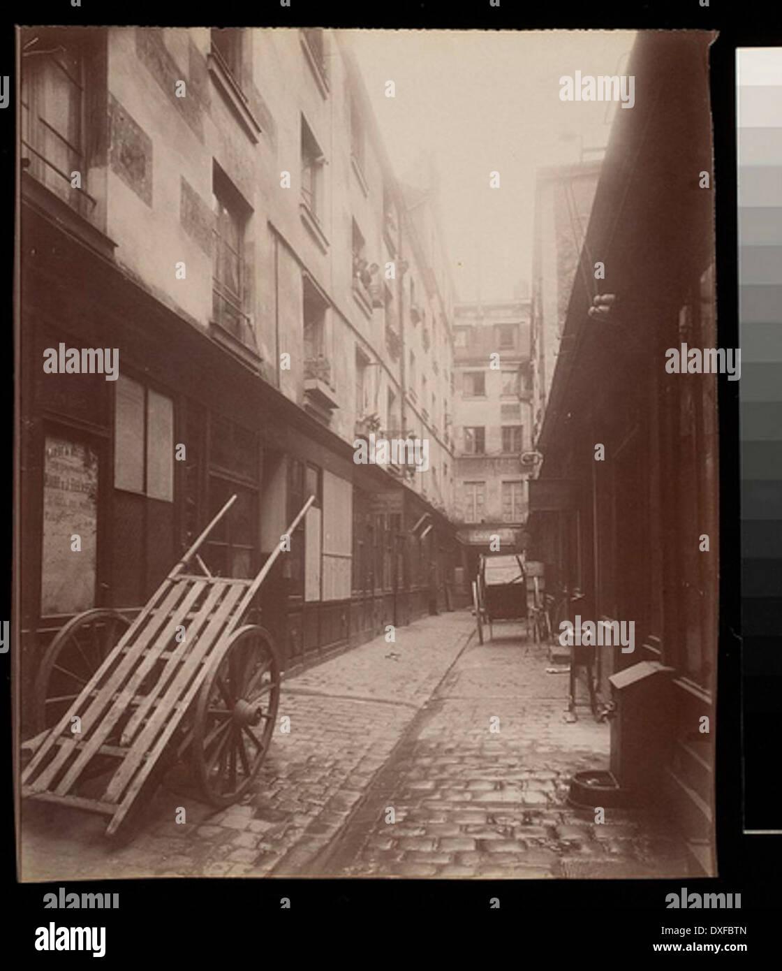 Passage Moliere Vue prise de la rue St. Martin (3e arr) Passage Moliere Vue prise de la rue St. Martin (3e arr) - Stock Image