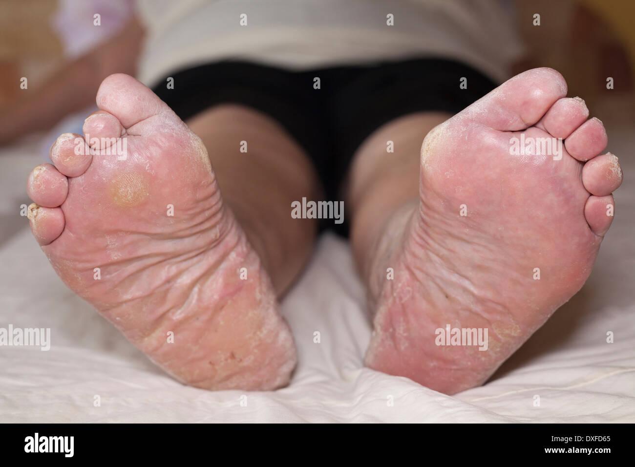 Член между пальцев ног фото, Дрочит хуй ногами увлекательное порно фото порева 18 фотография