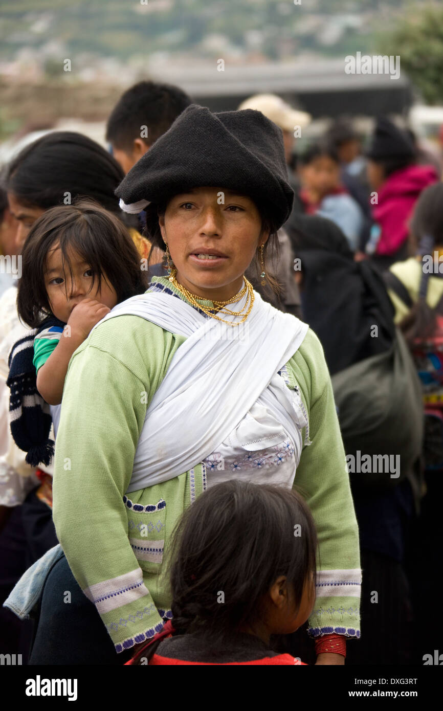 Ecuadorian woman with her children at Otavalo market in northern Ecuador. - Stock Image