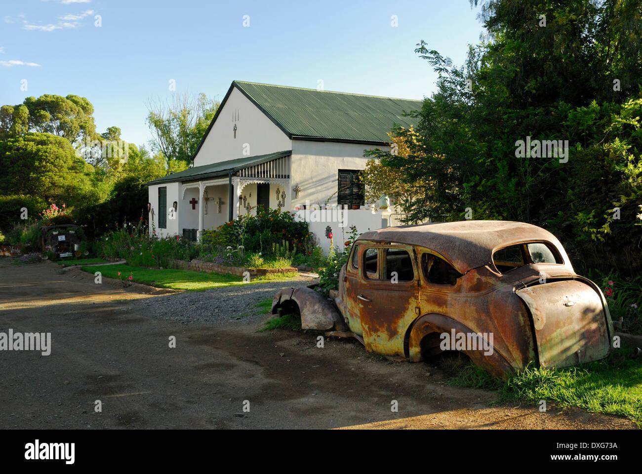 Scrap vintage car in a street in New Bethesda, Karoo, Eastern Cape - Stock Image