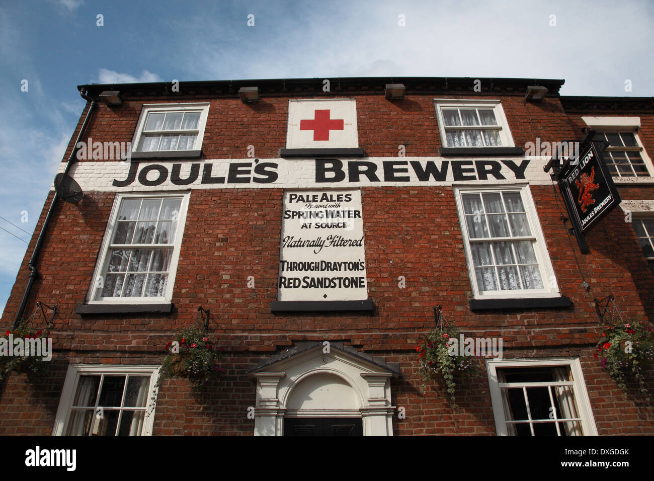 The Red Lion in Market Drayton owned by Joules Brewery, the new brewery being situated above the aquafer behind - Stock Image