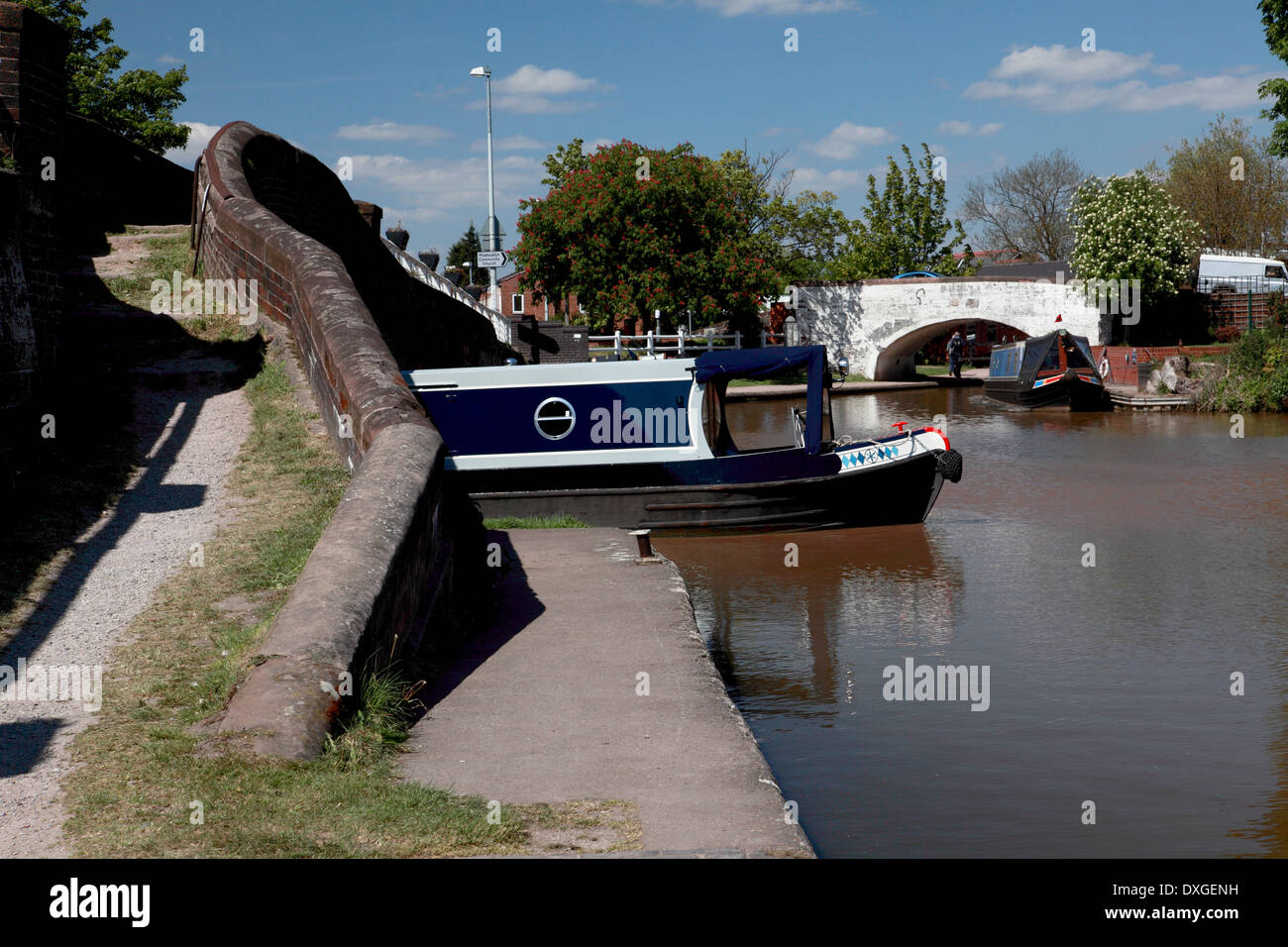 A narrowboat leaving the Shropshire Union Canal and entering the Trent and Mersey Canal at Kings Lock, Middlewich - Stock Image