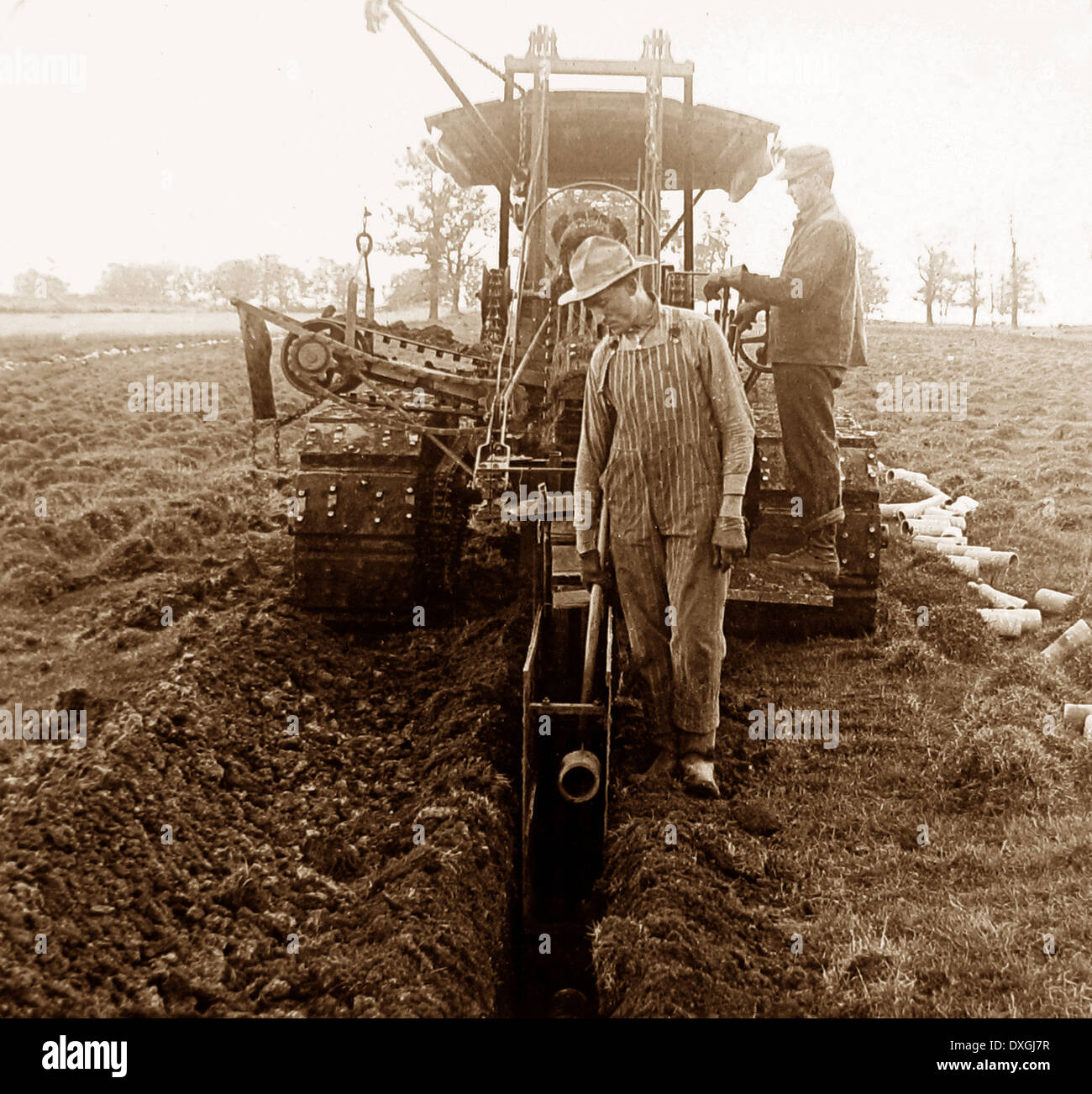 Laying drainage tiles Wisconsin USA early 1900s - Stock Image