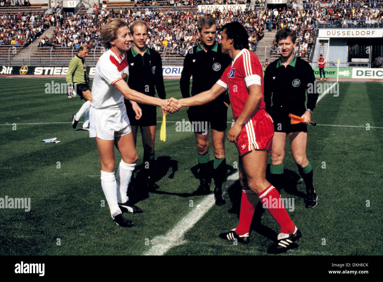 football, Bundesliga, 1983/1984, Rhine Stadium, Fortuna Duesseldorf versus Hamburger SV 2:3, welcome, teamleaders Gerd Zewe (Fortuna) left and Felix Magath (HSV), behind left keeper Wolfgang Kleff (Fortuna) and referee Adolf Ermer with assistants - Stock Image