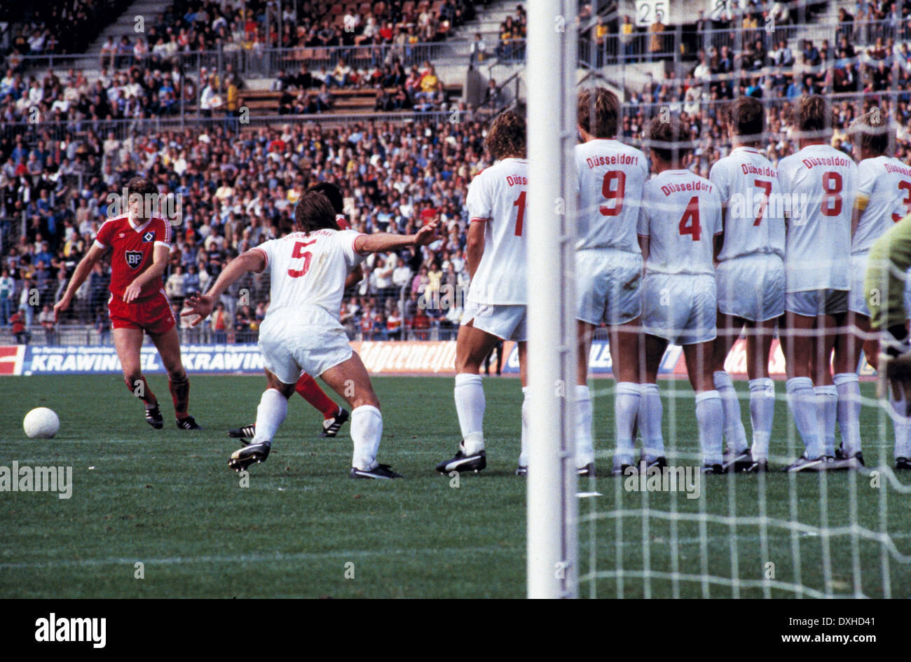 football, Bundesliga, 1983/1984, Rhine Stadium, Fortuna Duesseldorf versus Hamburger SV 2:3, scene of the match, Dieter Schatzschneider (HSV) left scores the 2:3 winning goal by free kick against the Fortuna players wall - Stock Image