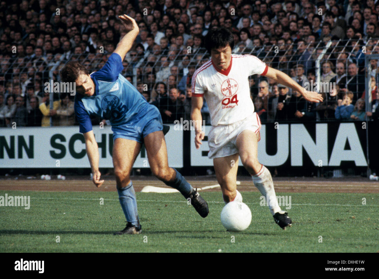 football, Bundesliga, 1983/1984, Grotenburg Stadium, FC Bayer 05 Uerdingen versus Bayer 04 Leverkusen 2:1, scene of the match, Helmut Gulich (Uerdingen) left and Bum-Kun Cha (Leverkusen) - Stock Image