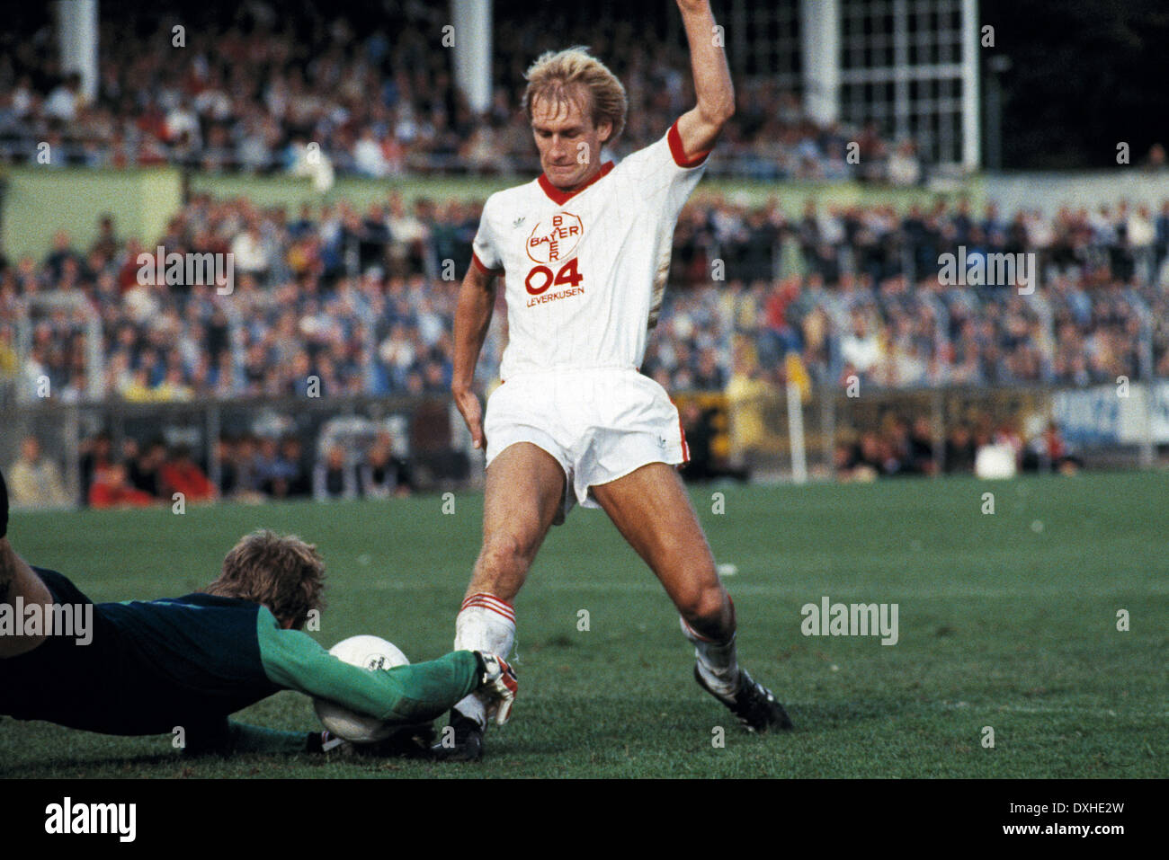 football, Bundesliga, 1983/1984, Grotenburg Stadium, FC Bayer 05 Uerdingen versus Bayer 04 Leverkusen 2:1, scene of the match, keeper Werner Vollack (Uerdingen) left and Frank Saborowski (Leverkusen) - Stock Image
