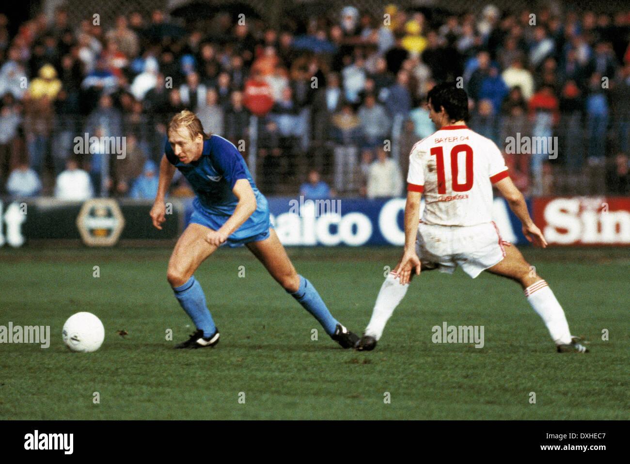football, Bundesliga, 1983/1984, Grotenburg Stadium, FC Bayer 05 Uerdingen versus Bayer 04 Leverkusen 2:1, scene of the match, Christian Sackewitz (Uerdingen) in ball possession, right Herbert Waas (Leverkusen) - Stock Image