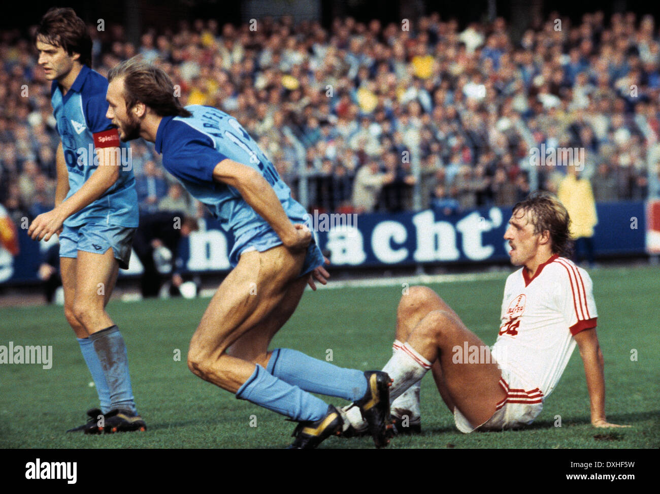 football, Bundesliga, 1983/1984, Grotenburg Stadium, FC Bayer 05 Uerdingen versus Bayer 04 Leverkusen 2:1, scene of the match, f.l.t.r. team leader Matthias Herget (Uerdingen), Werner Buttgereit (Uerdingen), Ulrich Bittorf (Leverkusen) - Stock Image