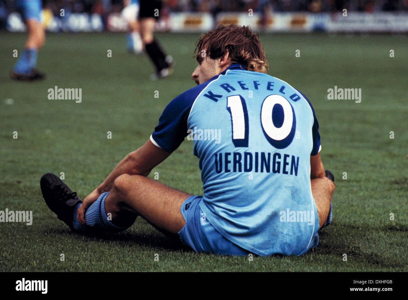 football, Bundesliga, 1983/1984, Grotenburg Stadium, FC Bayer 05 Uerdingen versus Bayer 04 Leverkusen 2:1, scene of the match, Horst Feilzer (Uerdingen) sitting on the pitch - Stock Image