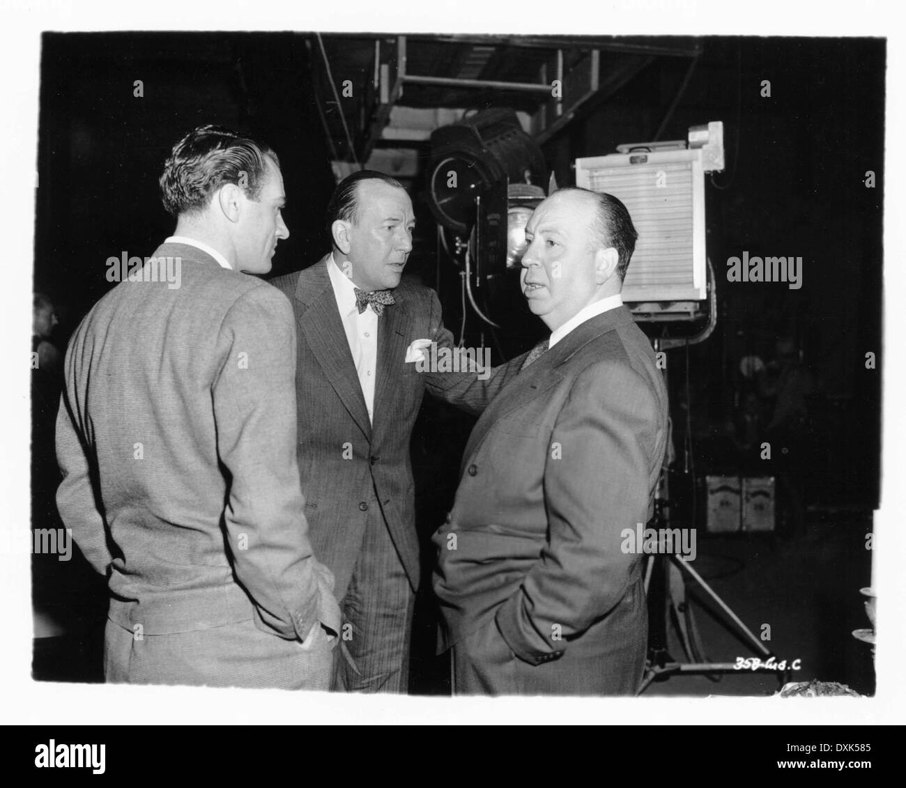 UNIDENTIFIED MAN AND NOEL COWARD VISITING ALFRED HITCHCOCK O - Stock Image