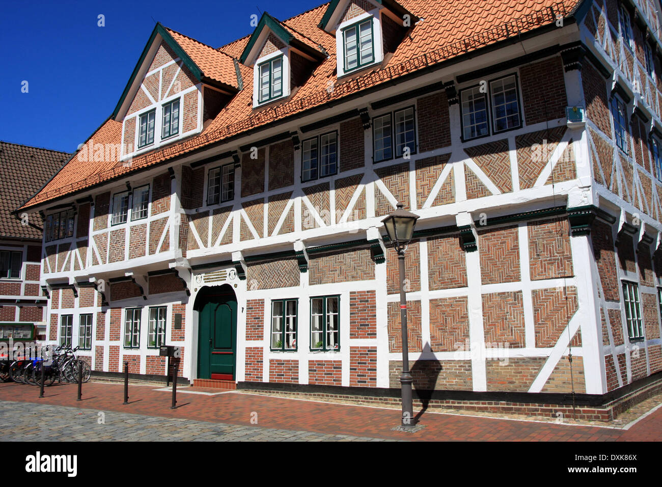 Half-timbered house in York. In this building is the library. The style of the half-timbered houses is impressive. York is bordered of Hamburg and is the center of the are Altes Land, one of the largest fruit-growing areas in Europe. Photo: Klaus Nowottnic - Stock Image