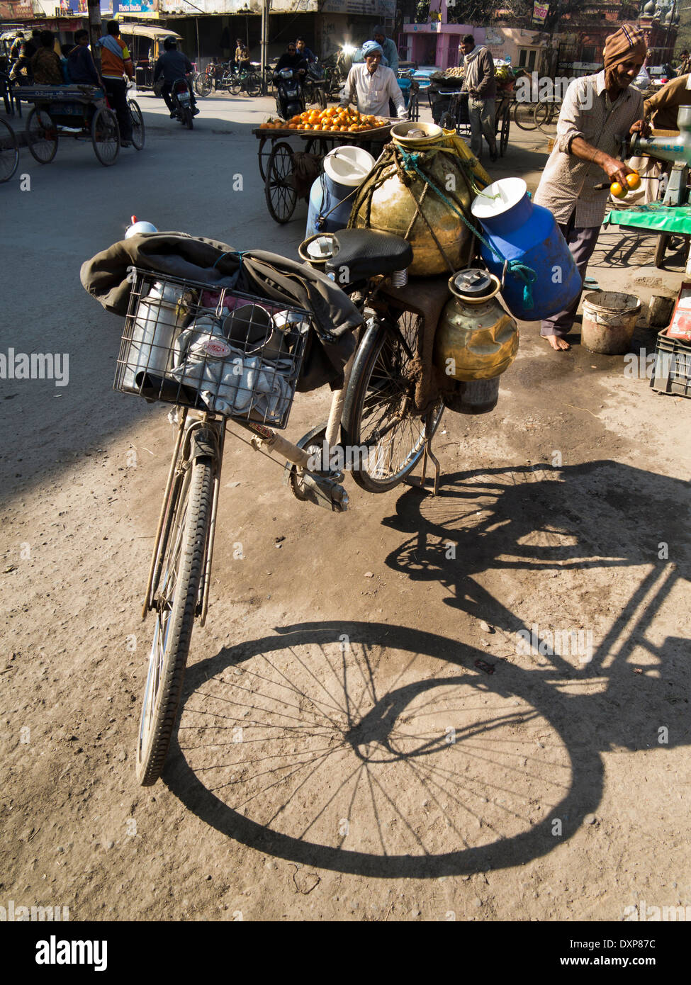 India, Punjab, Amritsar Katra Ahluwalia, Dudh Wallah, delivery bicycle loaded with milk - Stock Image