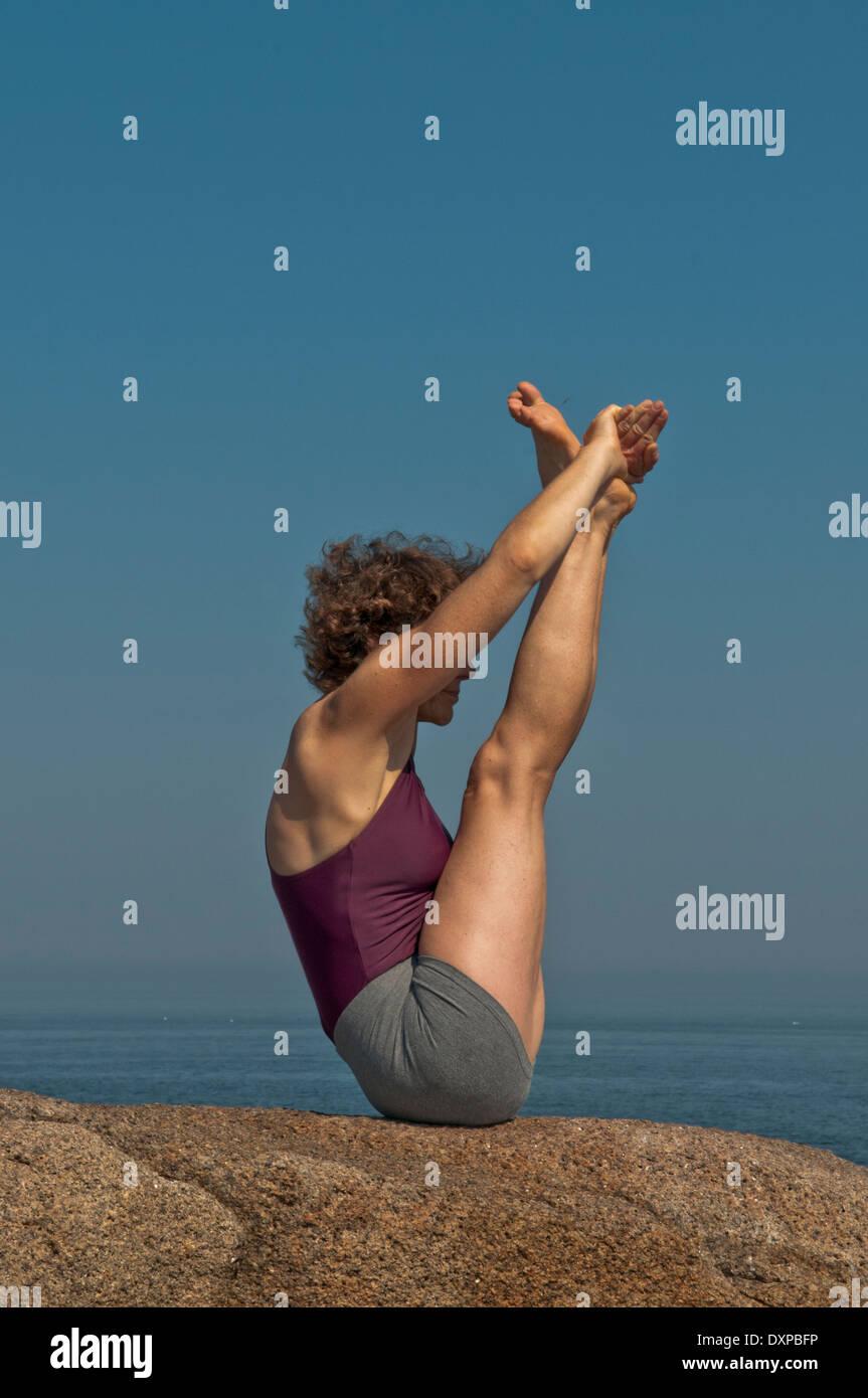 Iyengar Yoga Instructor Demonstrates Urdhva Mukha Paschimottanasana 1 (Forward). - Stock Image