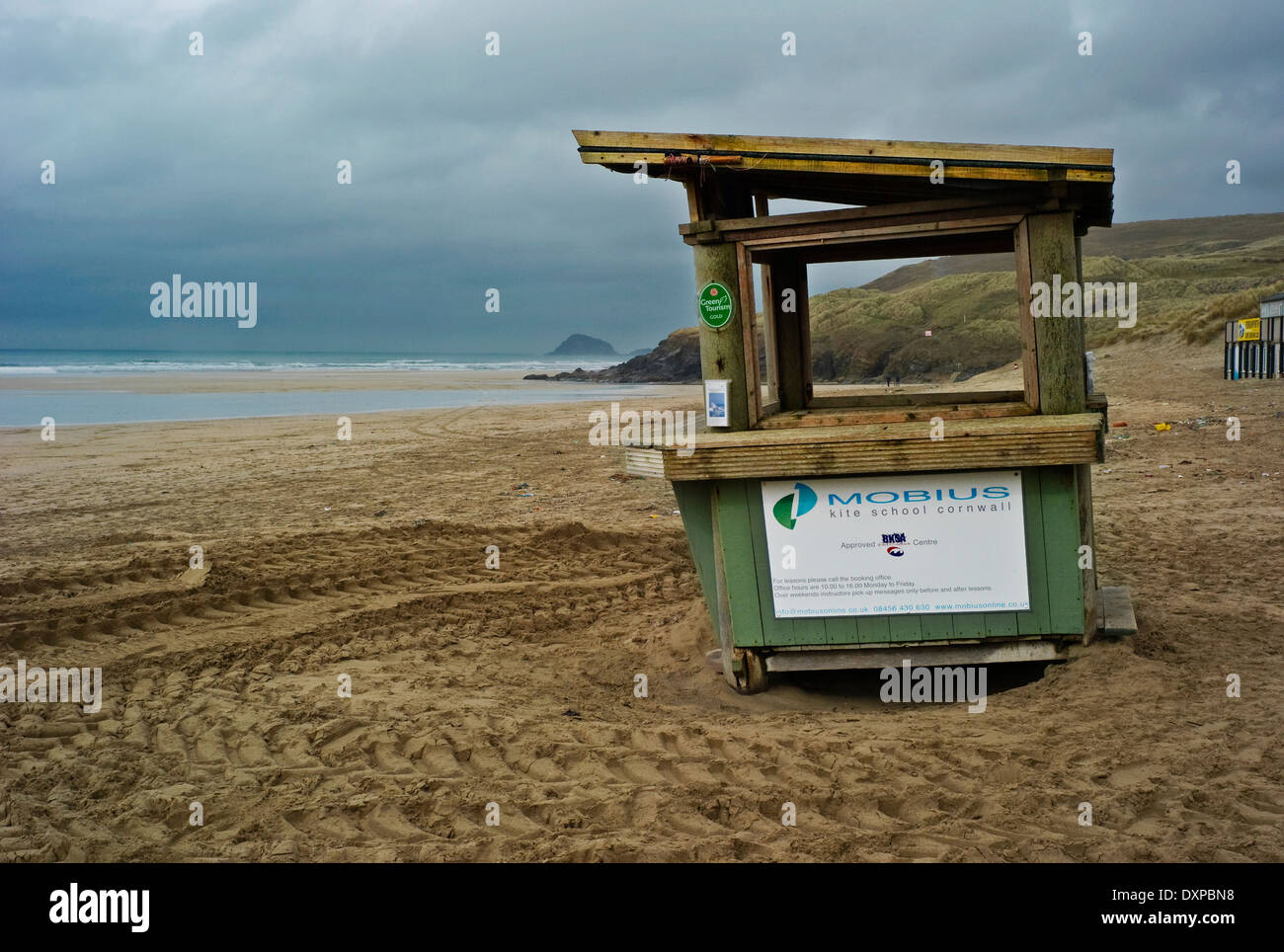 Peranporth beach with deserted wooden kiosk - Stock Image