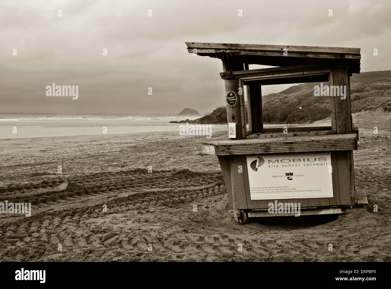 Peranporth beach with deserted wooden kiosk, Black and white image - Stock Image