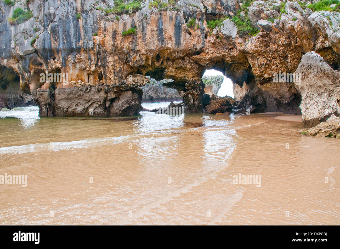 Cuevas del Mar beach. Nueva, Asturias, Spain. - Stock Image