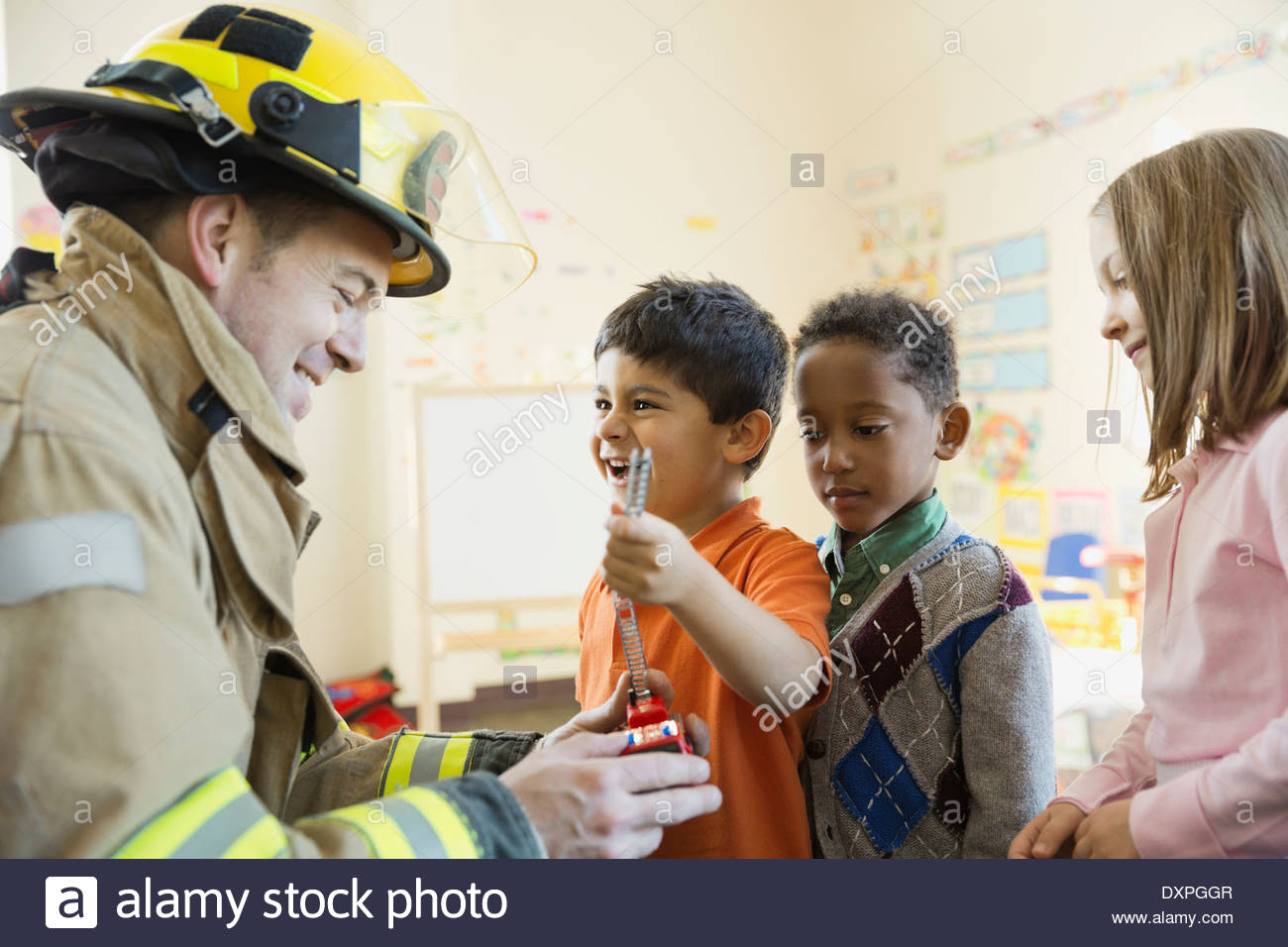 Firefighter visiting elementary students - Stock Image