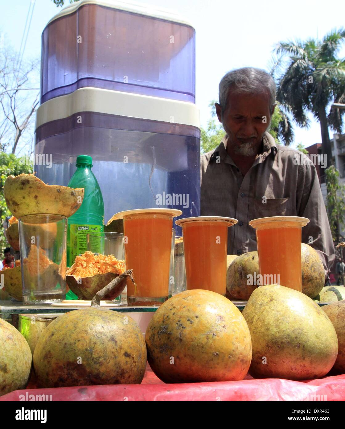 2014. A vendor prepares unhygienic soft drink  on footpath in Dhaka, capital of Bangladesh, - Stock Image