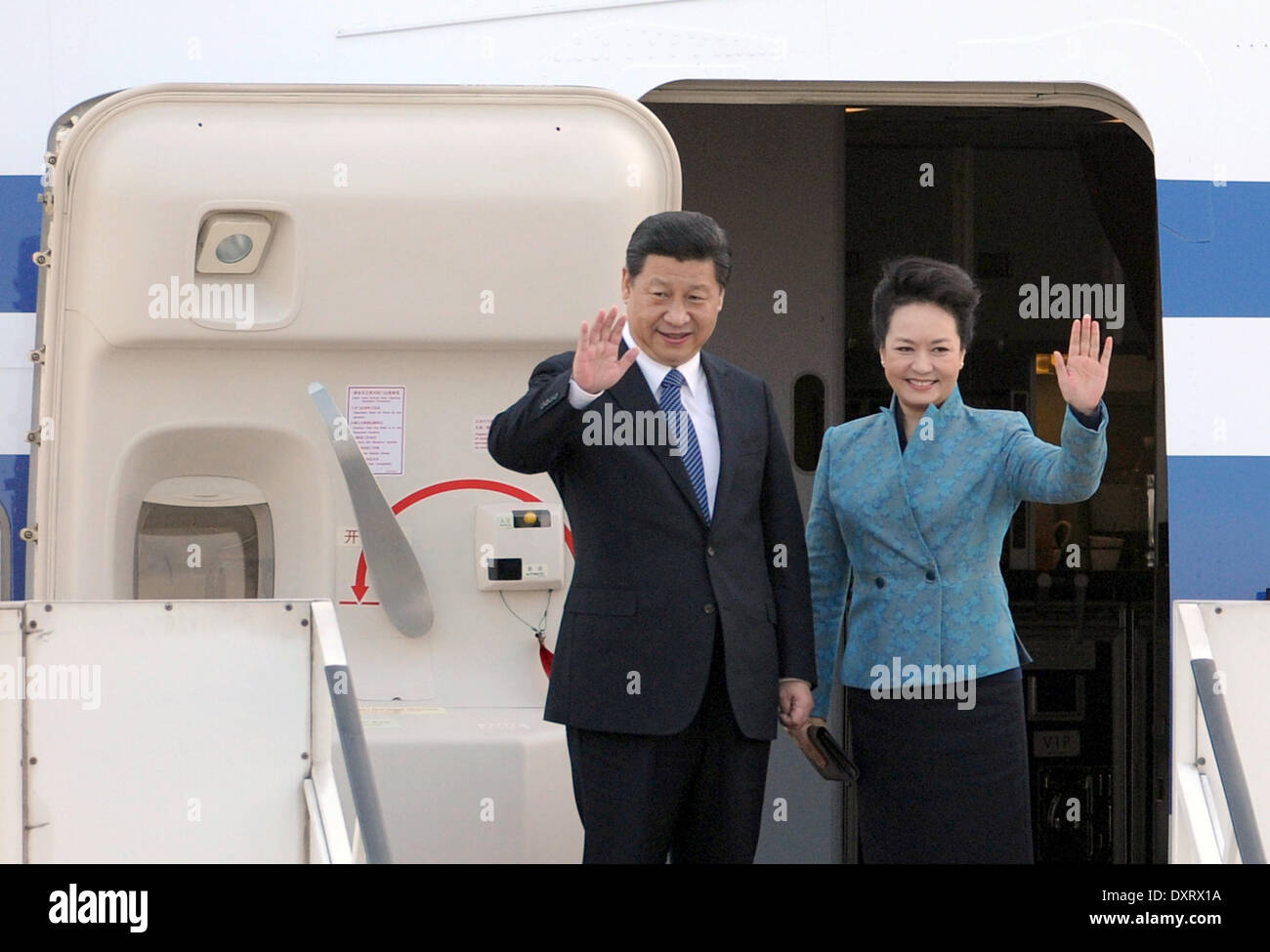 Duesseldorf, Germany. 30th Mar, 2014. Chinese President Xi Jinping (L) and his wife Peng Liyuan bis farewell at the airport in Duesseldorf, Germany, 30 March 2014. Xi completed his visit to Germany with a trip to the German state of North Rhine-Westphalia. Photo: Caroline Seidel/dpa/Alamy Live News - Stock Image