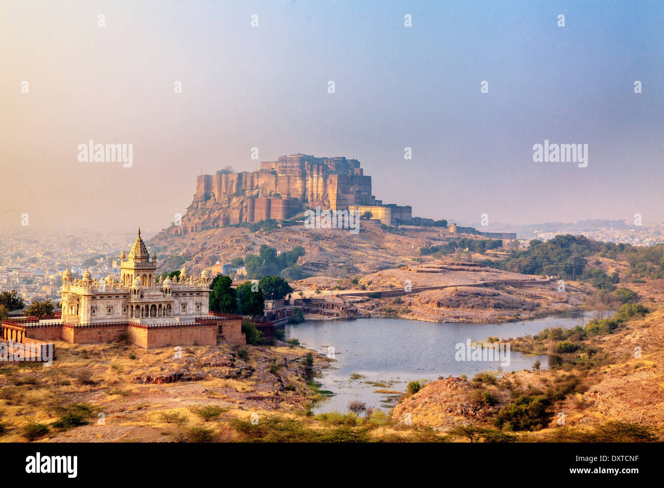 India, Rajasthan, Jodhpur, Jaswant Thada Temple and Mehrangarh Fort - Stock Image