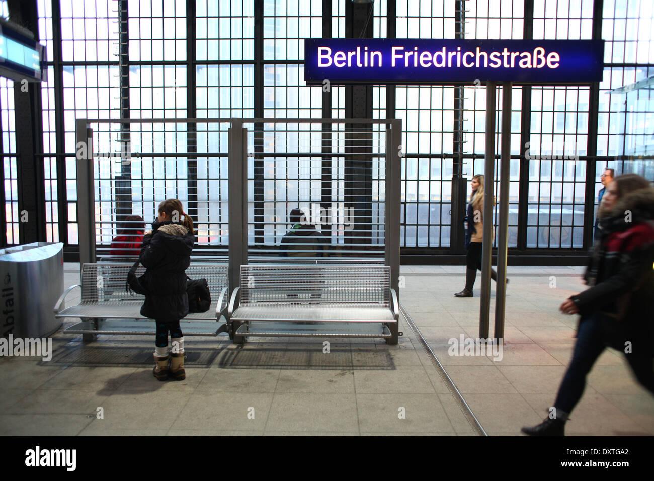 Menschen gehen am 01.02. 2014 auf einem Bahnsteig am S-Bahnhof Friedrichstraße in Berlin. Die S-Bahn in Berlin wird von der deutschen Bahn betrieben. Der Bahnhof an der Friedrichstraße ist einer der wichtigsten Verkehrsknotenpunkte im Verkehr in Berlin. Hier halten auch viele U-Bahnen und Nahverkehrszüge. Foto: Wolfram Steinberg dpa Stock Photo