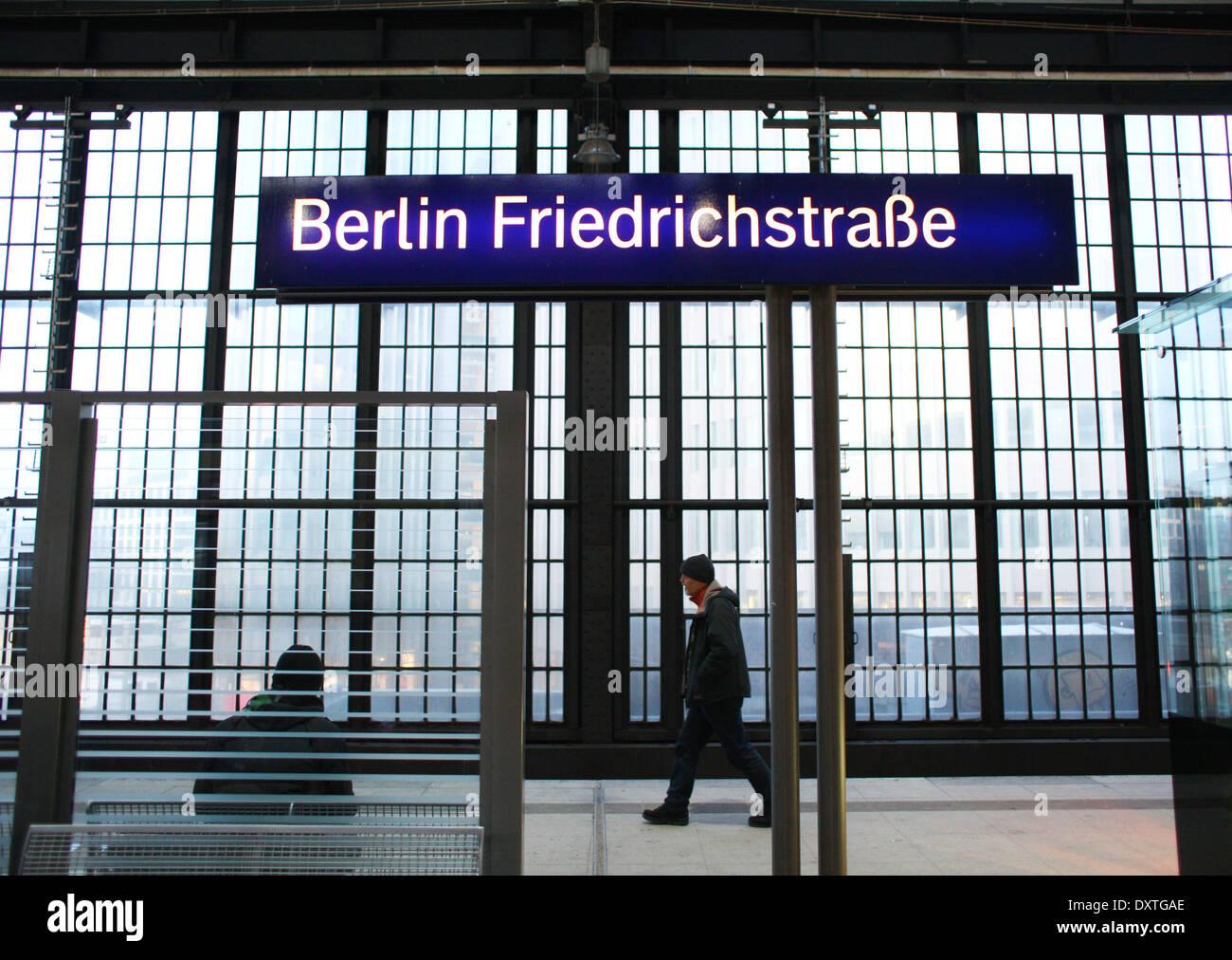 Ein Mann geht am 01.02. 2014 auf einem Bahnsteig am S-Bahnhof Friedrichstraße in Berlin. Die S-Bahn in Berlin wird von der deutschen Bahn betrieben. Der Bahnhof an der Friedrichstraße ist einer der wichtigsten Verkehrsknotenpunkte im Verkehr in Berlin. Hier halten auch viele U-Bahnen und Nahverkehrszüge. Foto: Wolfram Steinberg dpa Stock Photo