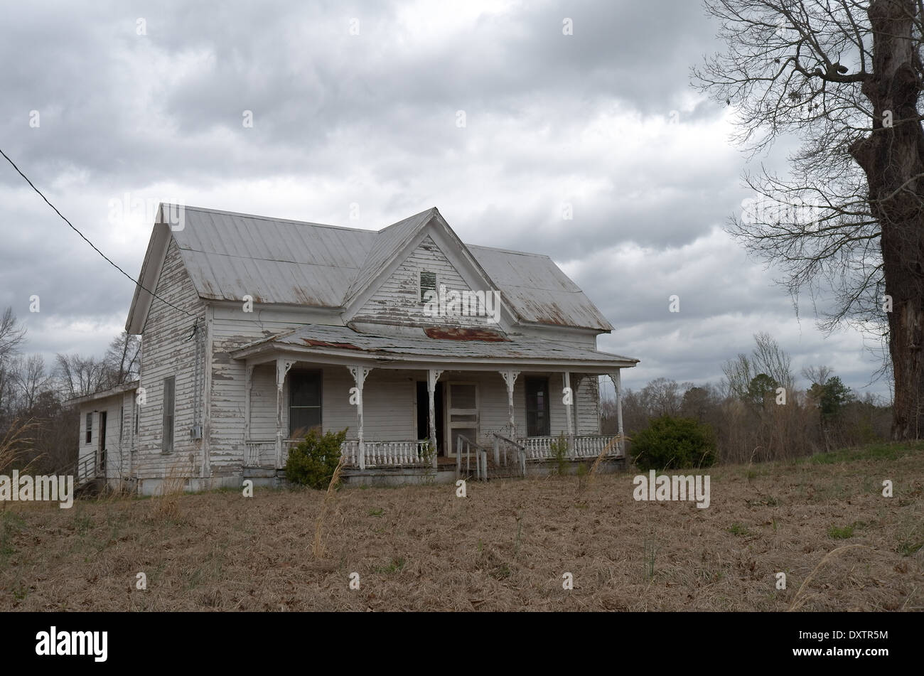 Spooky looking old abandon house - Stock Image