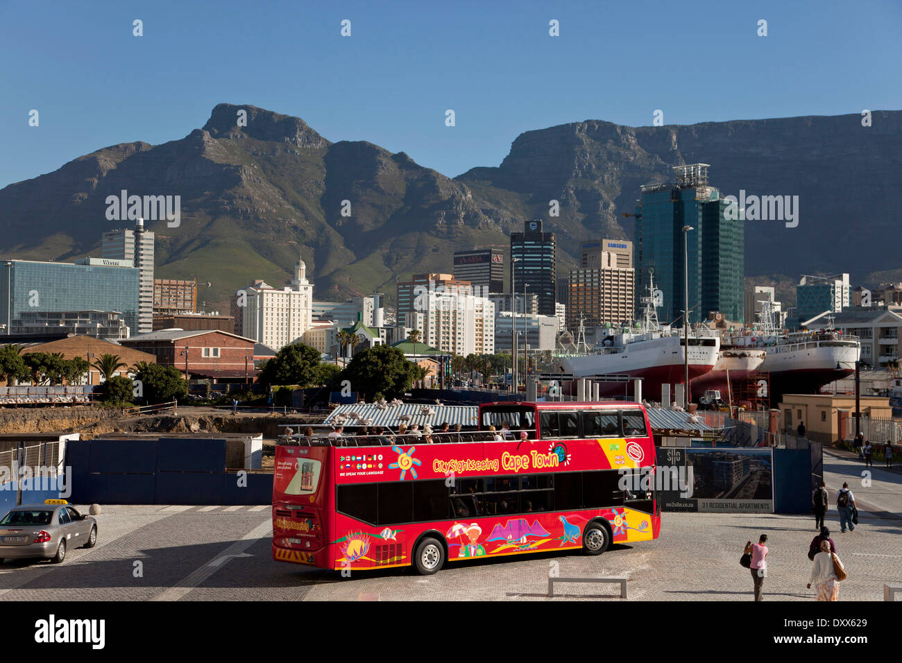 Red bus of City Sightseeing Cape Town and the skyline of Cape Town, Western Cape, South Africa - Stock Image