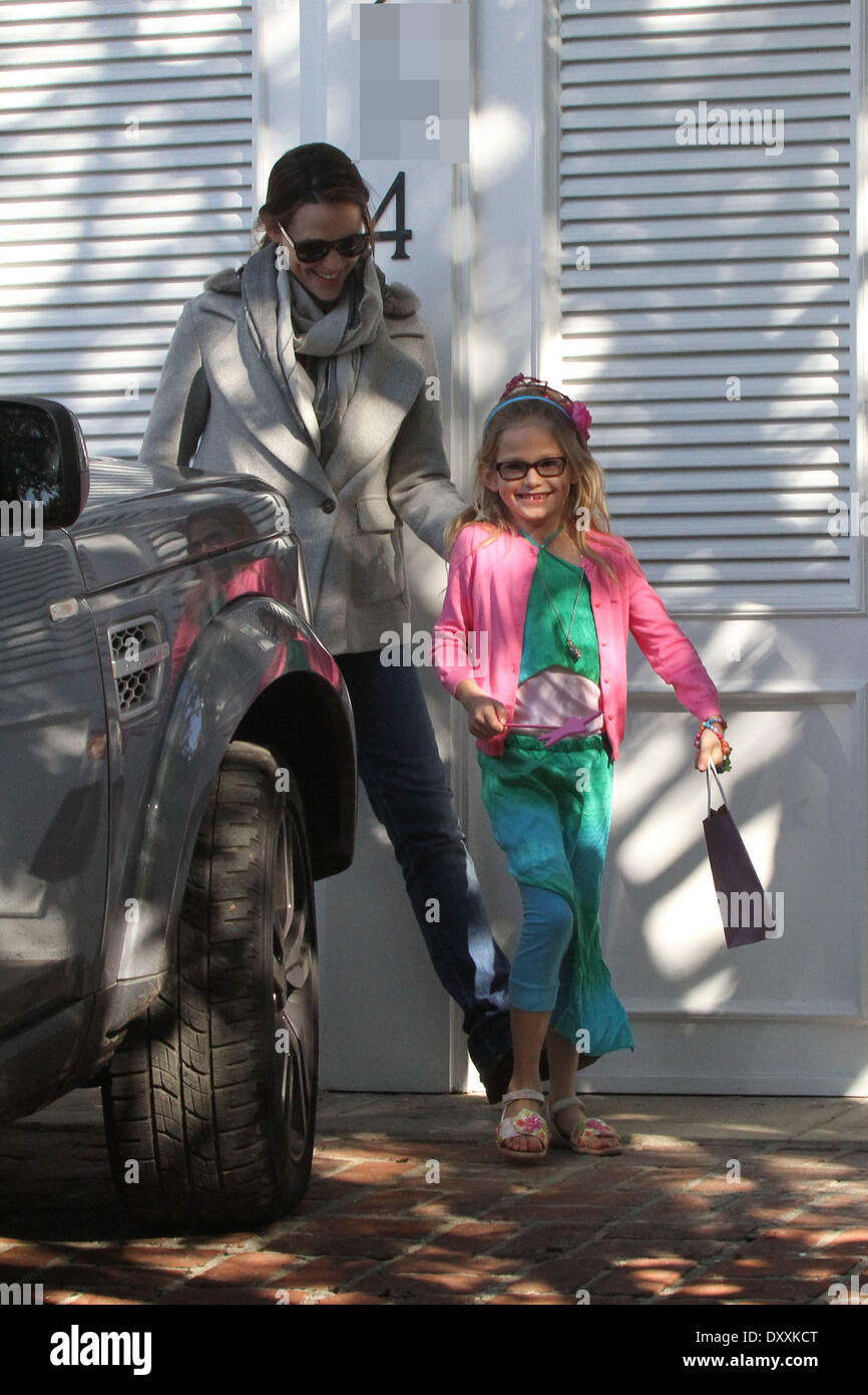 Seraphina Affleck Violet Affleck Jennifer Garner and her daughters attend a birthday party in Brentwood Los Angeles California - 15.12.12 Featuring: Seraphina Affleck,Violet Affleck When: 15 Dec 2012 - Stock Image