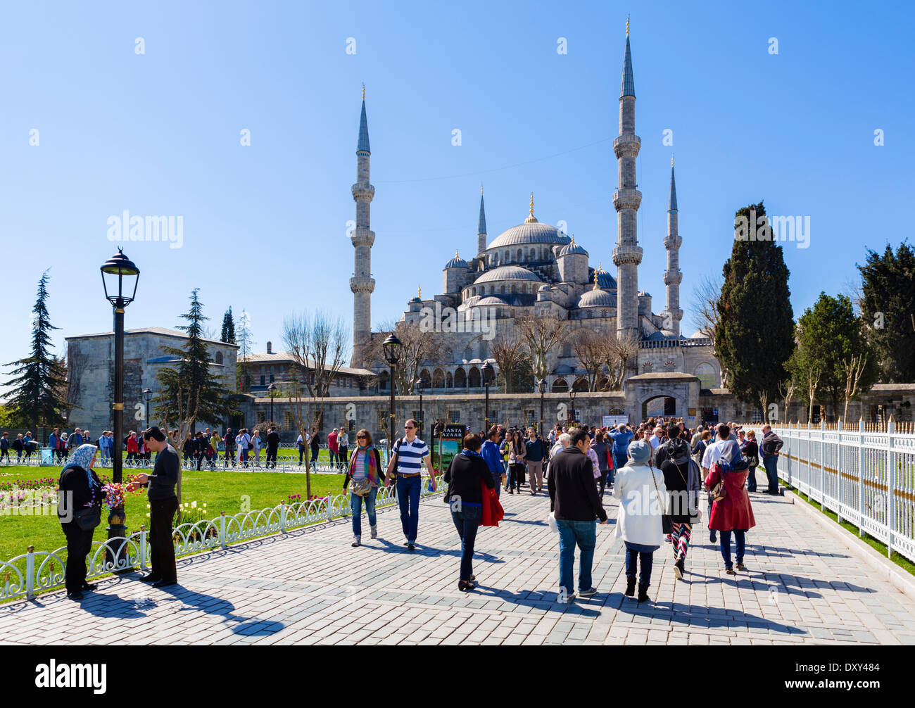 Crowds in front of the Blue Mosque (Sultanahmet Camii), Sultanahmet district, Istanbul,Turkey - Stock Image