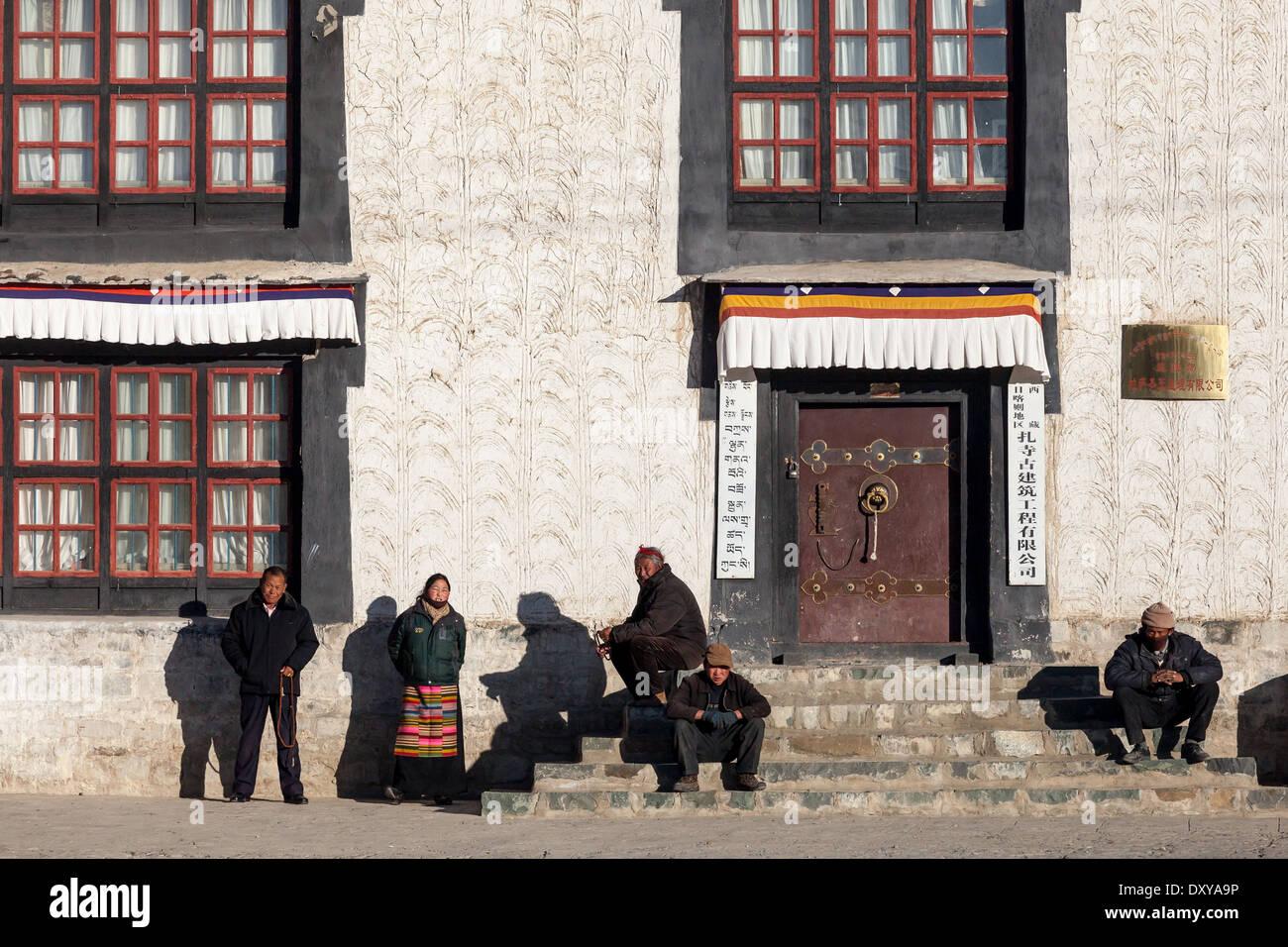People waiting to pray in Tibet - Stock Image